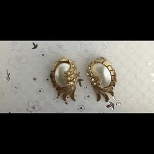 Jewelry - Vintage Goldtone, Rhinestone, and Faux Pearl Clips